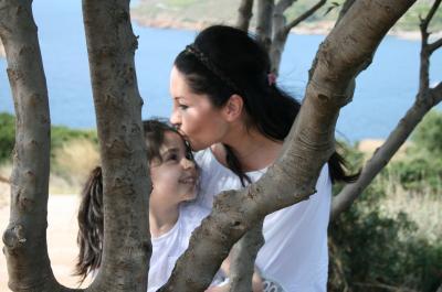 Μαμά και κόρη. Μια υπέροχη σχέση! Η Κρίστυ Εμίλιο Ιωαννίδου μας ανοίγει τις σελίδες του νέου της βιβλίου αλλά και της ζωής της