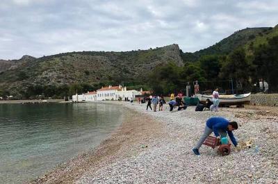 """Έγινε καθαρισμός των ακτών της Ύδρας σε συνεργασία με το """"Δίκτυο Μεσόγειος SOS"""""""