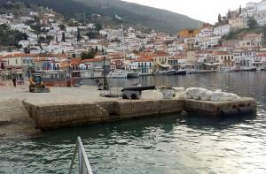 Repair works on the main port of Hydra