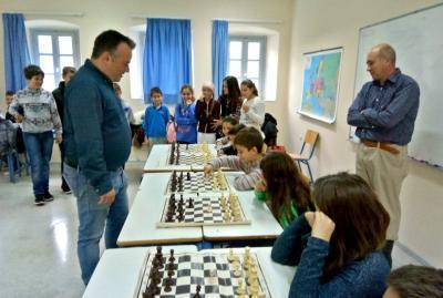 Μεγάλη συμμετοχή από παιδιά και νέους στο σκάκι σιμουλτανέ του SwimRun Hydra