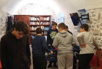 Τελευταία προ εορτών συνάντηση των νέων της Ύδρας με δώρο βιβλίο για τους κινδύνους του διαδικτύου