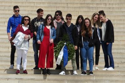 Οι μαθητές του Λυκείου της Ύδρας στεφάνωσαν τον Ανδρέα Μιαούλη στη Σύρο
