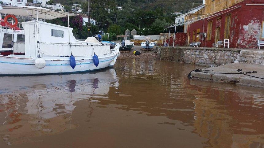 Η θάλασσα του Καμινιού με... άλλο χρώμα μετά τη βροχή
