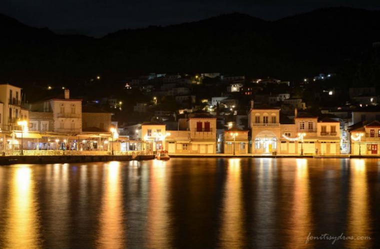 Νυχτερινή γαλήνη στο λιμάνι της Ύδρας