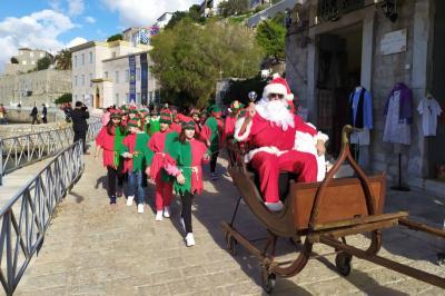 Ο Άγιος Βασίλης γέμισε με δώρα και χαμόγελα τα παιδιά της Ύδρας