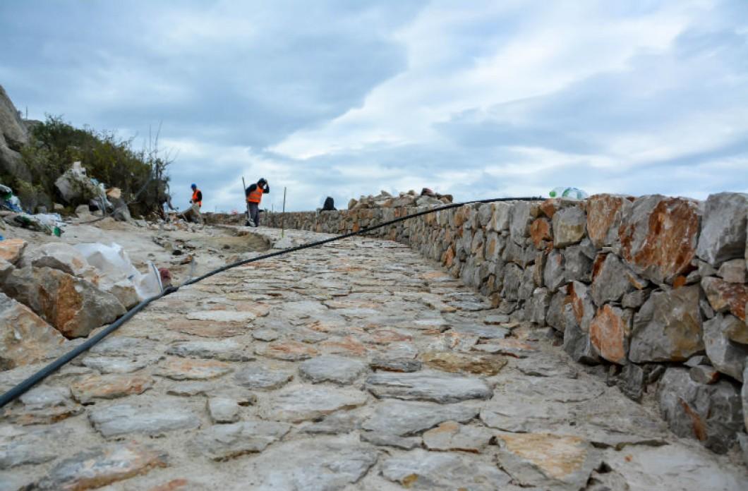 Σε εξέλιξη το έργο λιθόστρωσης του δρόμου Καμίνι-Βλυχός