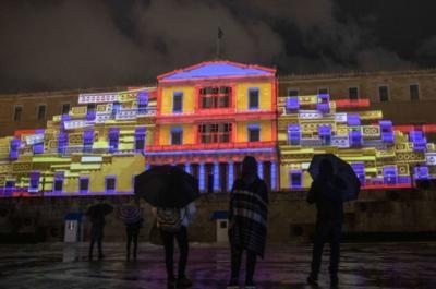 Η Αθήνα  με φαντασμαγορική τρισδιάστατη γιορτινή διάθεση