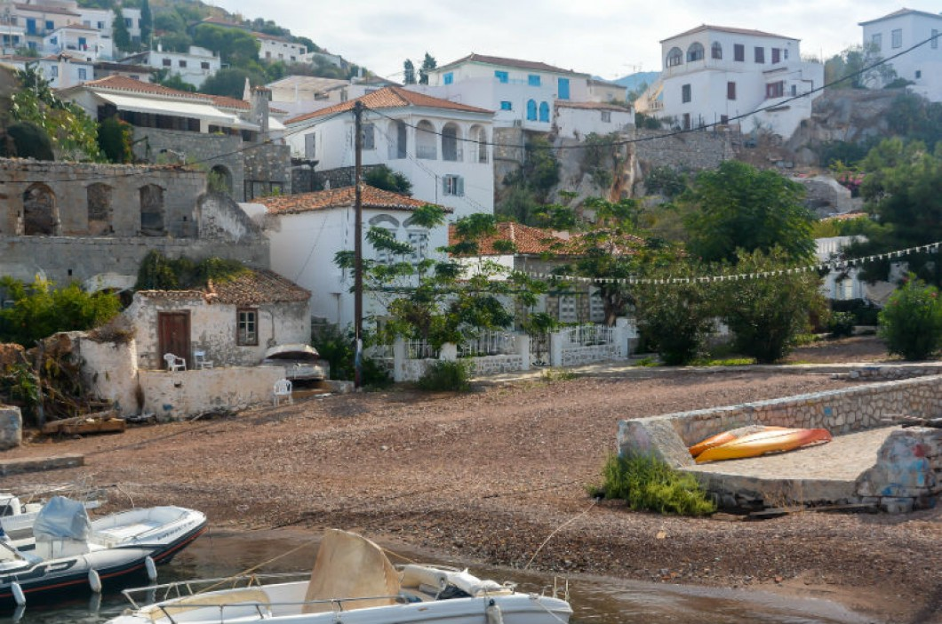 Απομακρύνθηκαν οι βάρκες από την αμμουδιά του Καμινιού