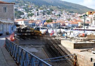 Συνεχίζονται οι επισκευαστικές εργασίες στο λιμάνι της Ύδρας