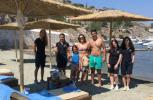 Άνοιξε σήμερα η παραλία του Mandraki Beach Hydra. Οι πρώτοι επισκέπτες απολαμβάνουν μπάνιο και ανέσεις